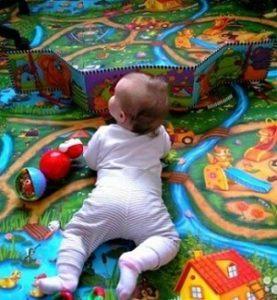 ребенок на ковре