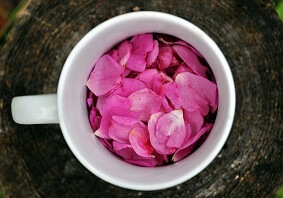 примочки на глаза с розовыми лепестками