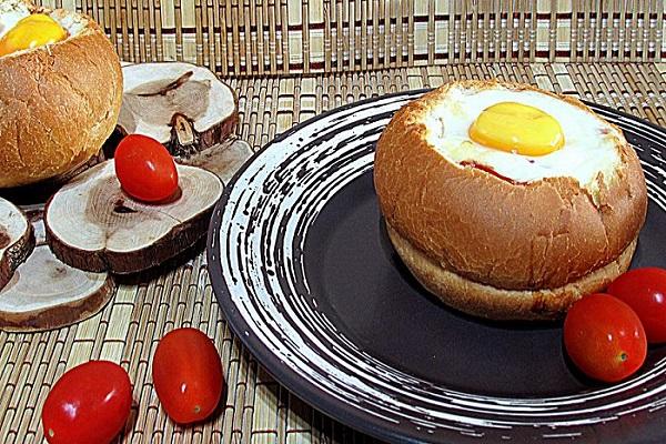 как приготовить яичницу в булочке