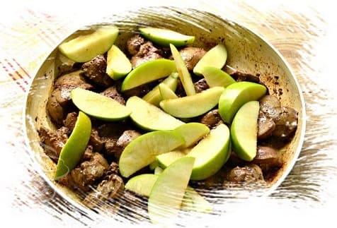 вкусная говяжья печень с яблоками
