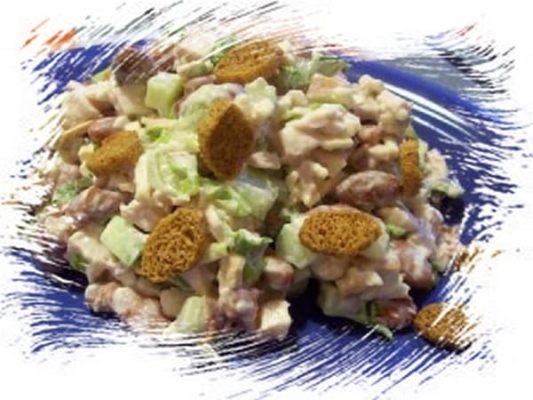 кальмаровый салат с фасолью и сухариками