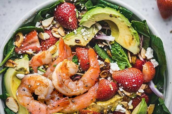 креветочный салат с клубникой