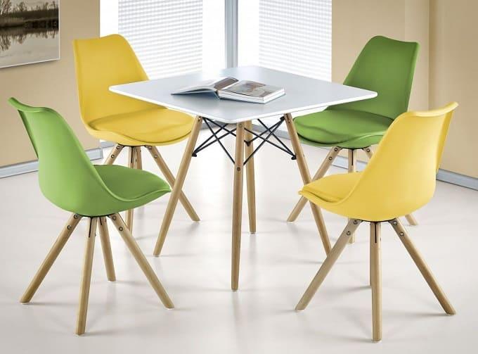 сочетание цветных стульев
