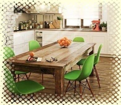 яркие стулья в дизайне кухни
