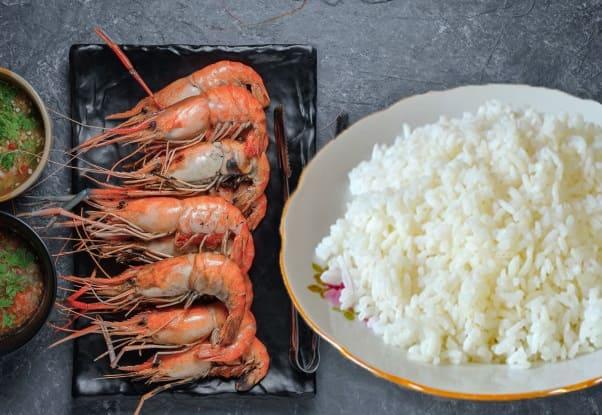 шарики из риса с креветками, рисовые шарики с сыром