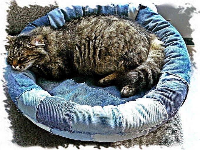 лежанка для кошки из джинсов