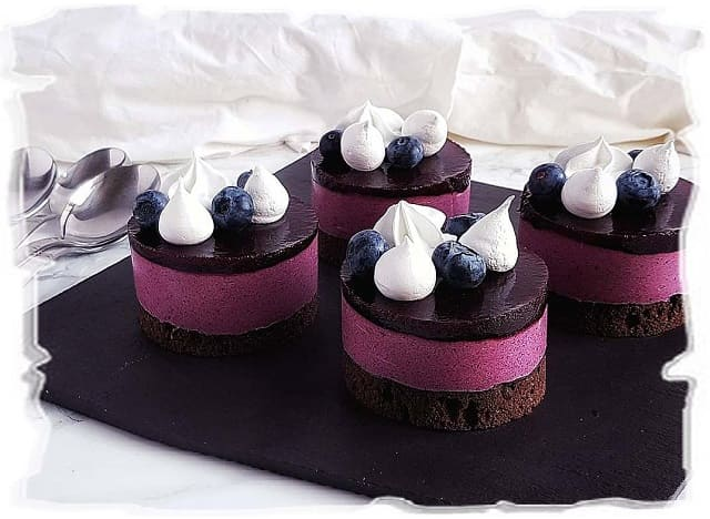 ягодные пирожные, домашние пирожные с черникой, мини-чизкейки